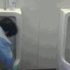 トイレ掃除の女性を馬鹿にした学生。しかしある男性の一言に彼らは凍りつく
