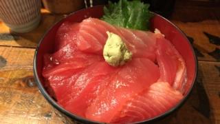 寿司店なのにホルモン?「立ち寿司ホルモン 新鮮や! 」