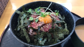 「ステーキハンバーグ 千 sen」のローストビーフ丼